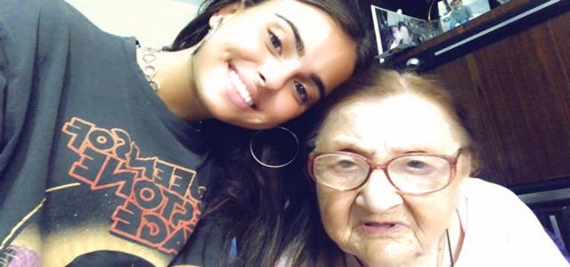 קים אור אזולאי מראיינת את סבתא רבא ניצולת השואה. צילום פרטי