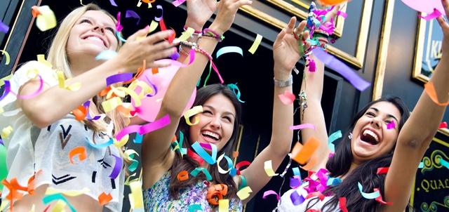 מאות נערות חגגו ביחד בת מצווה עם עדן חסון. AdobeStock