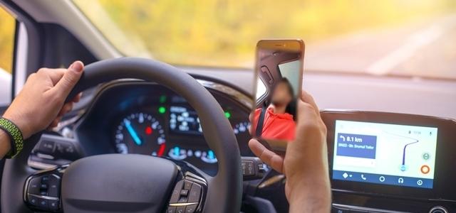 רישיון להשפיע? כוכבי הנוער מצלמים סטורי תוך כדי נהיגה. adobestock ואינסטגרם