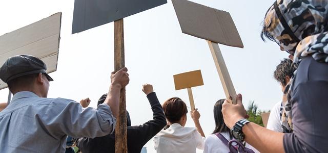 """הצעירים מפגינים: """"לא ניתן להפקיר את הנוער בקיץ"""". AdobeStock"""