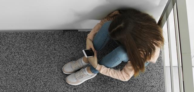 """""""מישהי ערה?"""": בנות נוער הקימו קו ווטסאפ למי שחש בסכנה מינית. adobestock (אילוסטרציה)"""