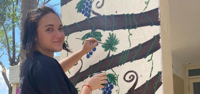 גרפיטי בבית הספר: הנערה שמקבלת תשלום על ציורי קירות. צילום פרטי