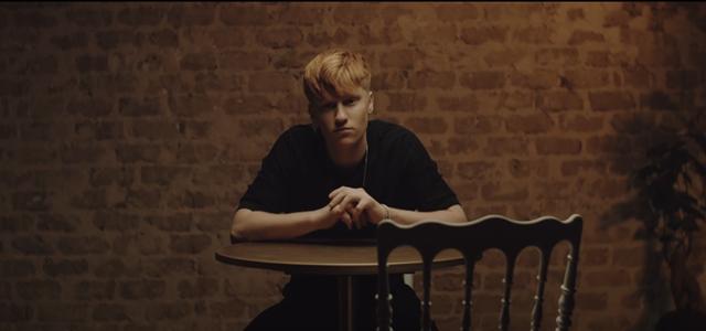 אור עמרמי ברוקמן מדבר על האימוץ בסינגל הבכורה. צילום מסך מהקליפ