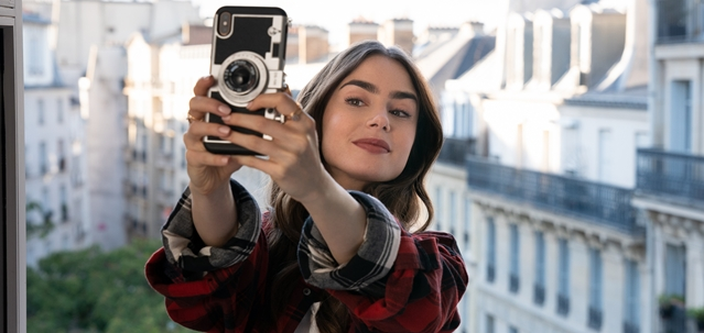 """במלוא הסטייל: כך תתלבשו כמו """"אמילי בפריז"""" במינימום תקציב. STEPHANIE BRANCHU/NETFLIX"""