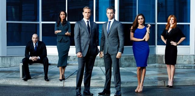 """הבינג' השבועי: """"Suits"""" היא דרמה שנונה ומצחיקה. © 2012 Universal Television. All"""
