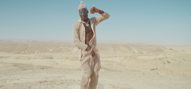 הוא מתקדם: סטפן לגר בסינגל בצרפתית . צילום מסך מהקליפ