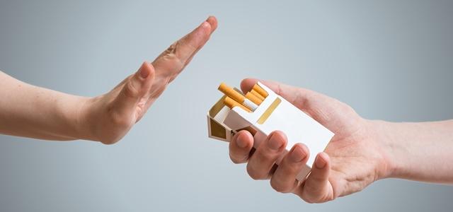 מה עושים כשחבר מתחיל לעשן?. adobestock