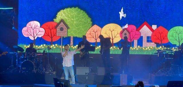 רקדנים, נגנים, קובי ממן וזהבה בן: עדן חסון מציג לנו מהי הופעה מדהימה. צילום: אושר סיגרון