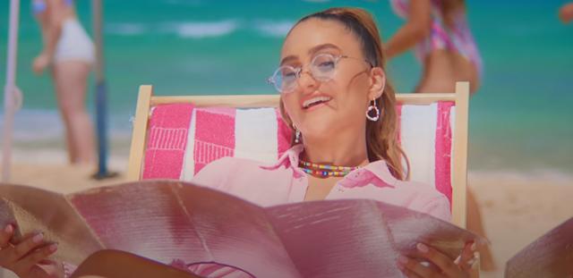 """""""עלול לעודד התנהגות מסוכנת"""": קמפיין של אגם בוחבוט ל'חכם בשמש' נגנז בגלל השיר """"מגבות"""". מישה קמינסקי, מתוך הקליפ"""