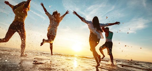 על הגל: חמישה דברים שאנחנו אוהבים בים. adobestock