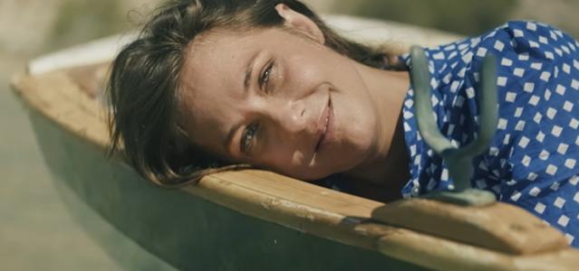 מלאה בפשטות ושלווה: קרן פלס בסינגל חדש. צילום מסך מהקליפ